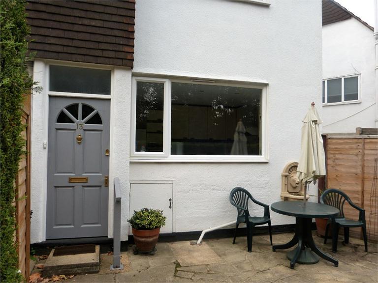 http://www.dezrez.com/estate-agent-software/ImageResizeHandler.do?PropertyID=4577087&photoID=10&AgentID=224&BranchID=333&width=768