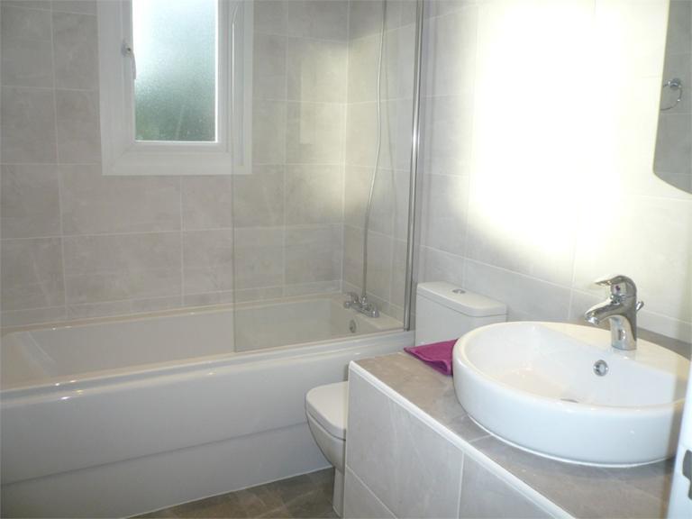 http://www.dezrez.com/estate-agent-software/ImageResizeHandler.do?PropertyID=4577087&photoID=6&AgentID=224&BranchID=333&width=768