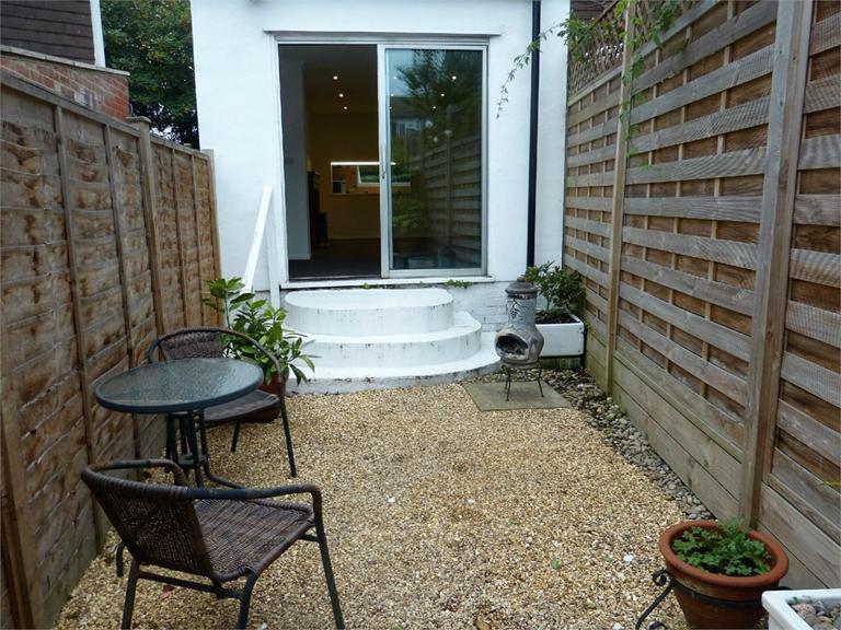 http://www.dezrez.com/estate-agent-software/ImageResizeHandler.do?PropertyID=4577087&photoID=9&AgentID=224&BranchID=333&width=768