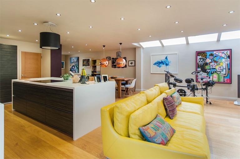 http://www.dezrez.com/estate-agent-software/ImageResizeHandler.do?PropertyID=4675947&photoID=2&AgentID=224&BranchID=333&width=768