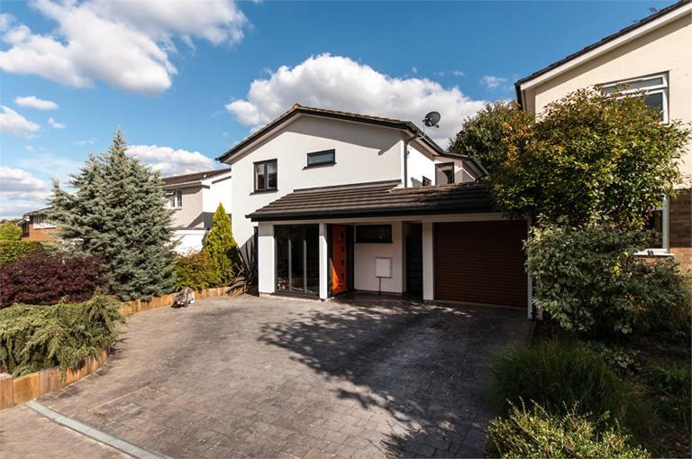 http://www.dezrez.com/estate-agent-software/ImageResizeHandler.do?PropertyID=4675947&photoID=3&AgentID=224&BranchID=333&width=768