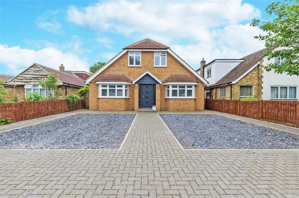 Immaculate five bedroom/four bathroom detached house situated on sought after cul-de-sac and walking distance from Train Station (Waterloo Line)