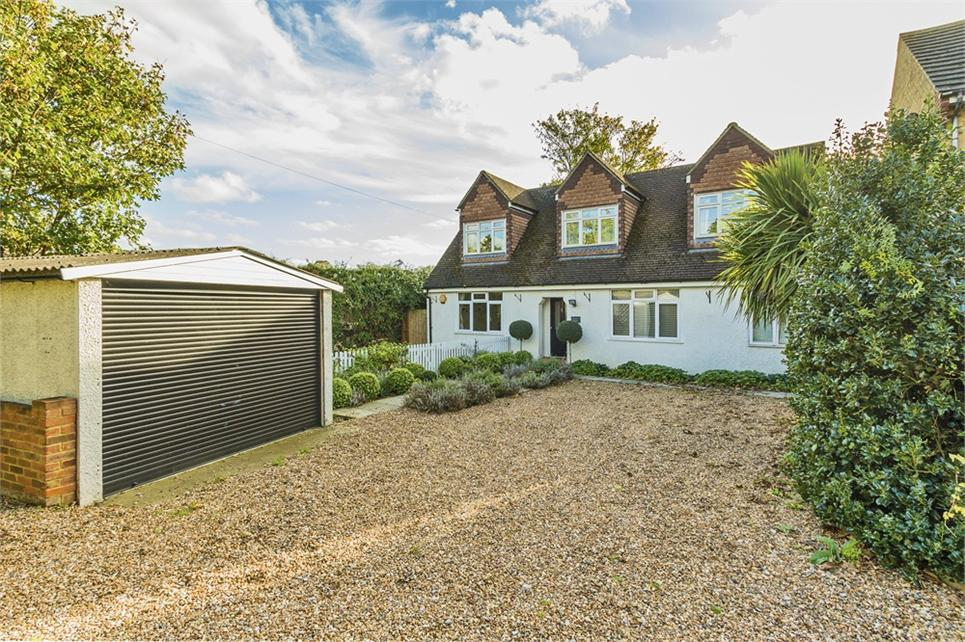 4 DOUBLE BEDROOM/4 BATHROOM detached family house set in heart of Datchet village and 1 minute walk to Train Station (Waterloo Line)