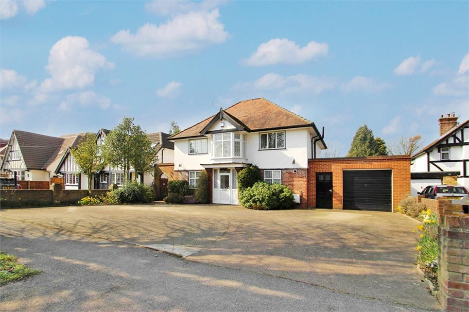 Four bedroom detached family home located on sought-after road in the heart of Richings Park and 3 minute walk to Station (Cross Rail 2018)