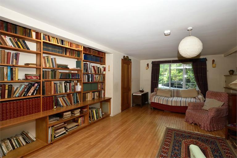 http://www.dezrez.com/estate-agent-software/ImageResizeHandler.do?PropertyID=4642866&photoID=5&AgentID=224&BranchID=333&width=768