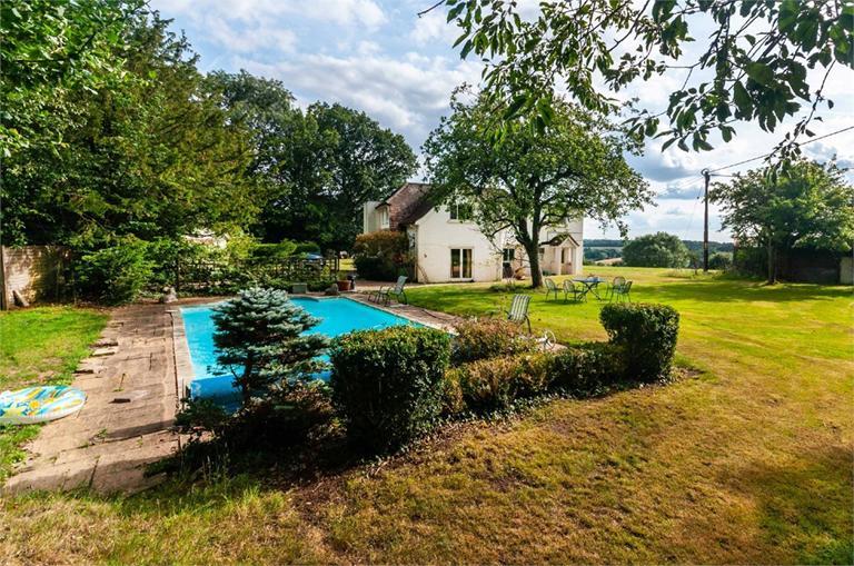 http://www.dezrez.com/estate-agent-software/ImageResizeHandler.do?PropertyID=4616909&photoID=3&AgentID=224&BranchID=333&width=768