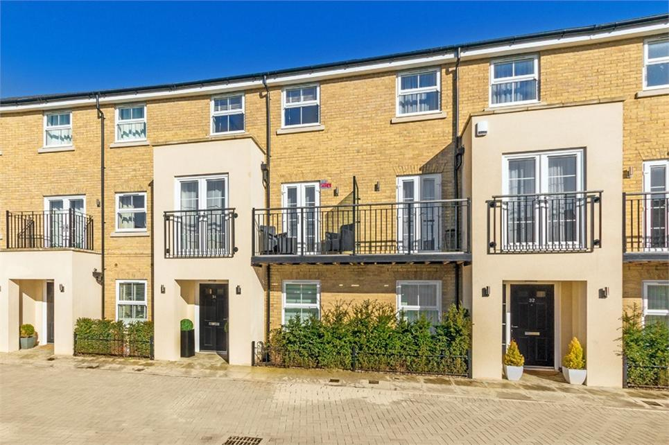 STUNNING 4-5 bedroom townhouse home built by Inland Homes in 2013 and within the DRAYTON GARDEN VILLAGE executive development