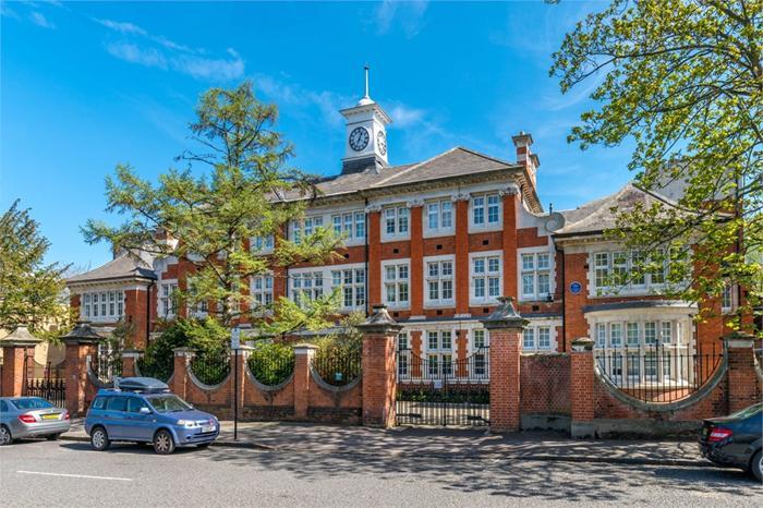 http://www.dezrez.com/estate-agent-software/ImageResizeHandler.do?PropertyID=4158488&photoID=1&AgentID=1307&BranchID=2081&width=700