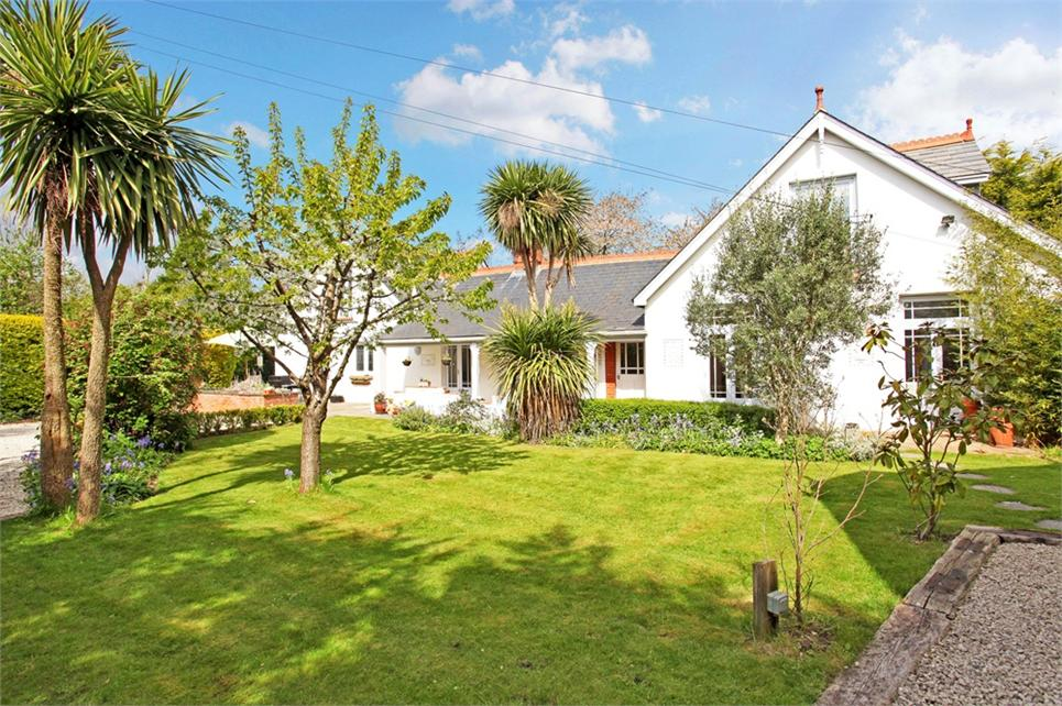 FIVE BEDROOM/FOUR BATHROOM DETACHED HOUSE WITH SELF-CONTAINED ANNEXE! Origins dating back to 1800s and character features