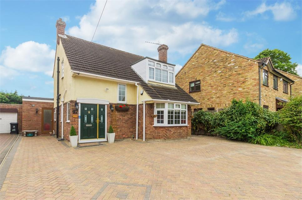 Extended Four bedroom detached family home located within short walk of Iver infant and Junior schools and with annexe
