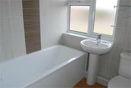 http://www.dezrez.com/estate-agent-software/ImageResizeHandler.do?PropertyID=4603632&photoID=1&AgentID=604&BranchID=981&width=500