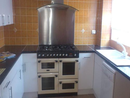 http://www.dezrez.com/estate-agent-software/ImageResizeHandler.do?PropertyID=4343949&photoID=1&AgentID=604&BranchID=981&width=500