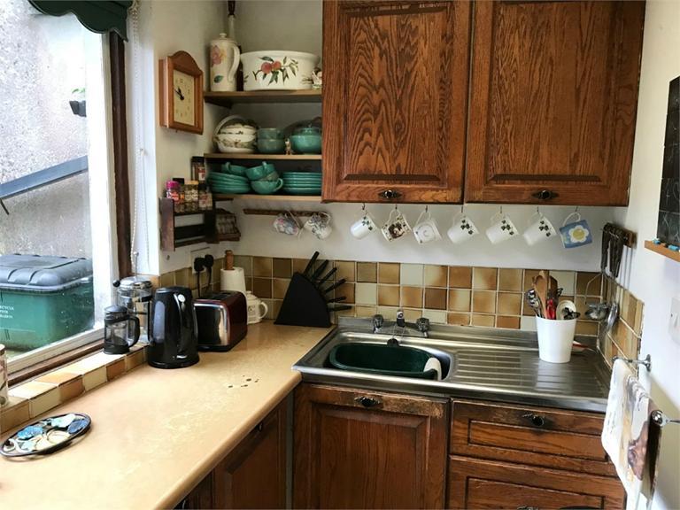 http://www.dezrez.com/estate-agent-software/ImageResizeHandler.do?PropertyID=4667401&photoID=6&AgentID=224&BranchID=333&width=768
