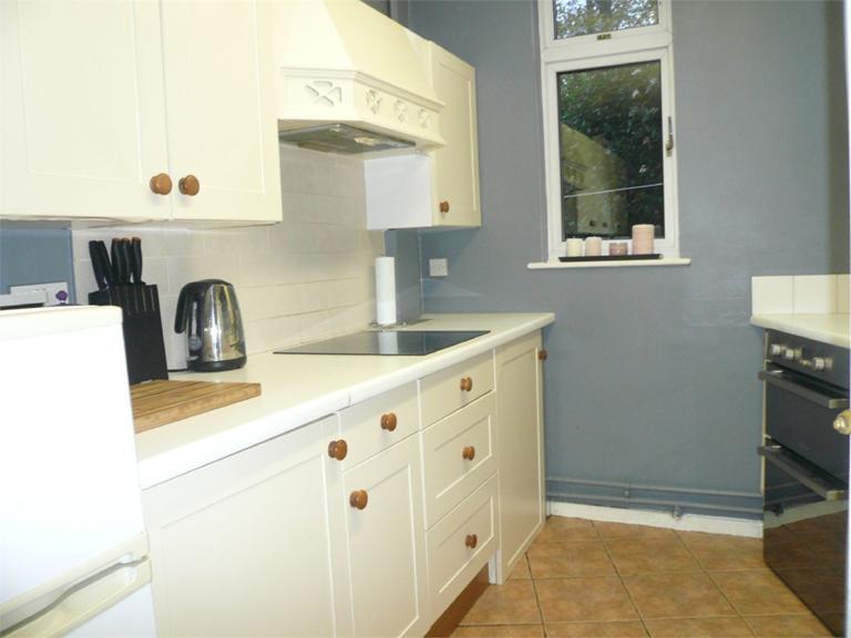 http://www.dezrez.com/estate-agent-software/ImageResizeHandler.do?PropertyID=4541038&photoID=8&AgentID=224&BranchID=333&width=768