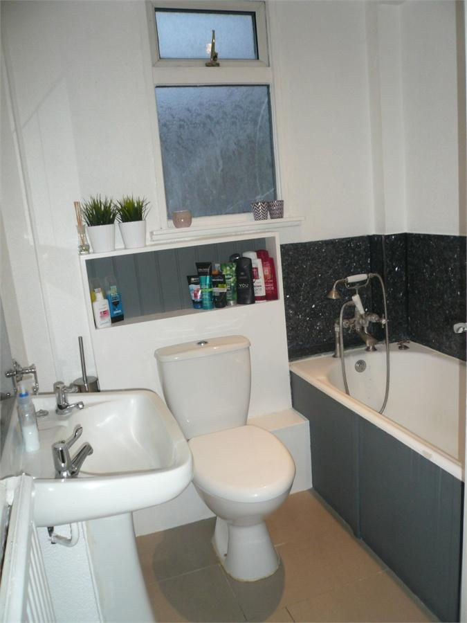 http://www.dezrez.com/estate-agent-software/ImageResizeHandler.do?PropertyID=4541038&photoID=9&AgentID=224&BranchID=333&width=768